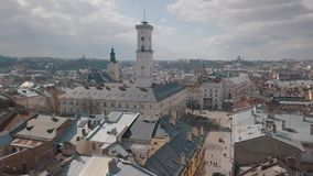Cidade a?rea Lviv, Ucr?nia Cidade europ?ia ?reas populares da cidade rooftops vídeos de arquivo