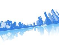 Cidade refletida na água. Imagem de Stock