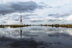 Cidade Riga, Letónia Torre da tevê no capital Construção grande no centro da cidade Foto do curso - Daugava azul bonito do rio co imagens de stock royalty free