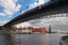 Cidade, rio e ponte de Moscovo. Imagem de Stock