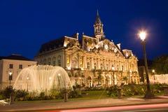 Cidade salão da cidade das excursões na noite imagem de stock