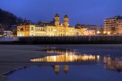 Cidade salão na noite, Spain de Donostia/San Sebastian Fotos de Stock
