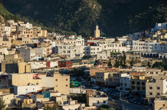 Cidade santa de Moulay Idriss Zerhoun que inclui o túmulo e o Zawiya fotos de stock royalty free
