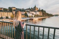 Cidade sightseeing de Éstocolmo da mulher do turista imagem de stock