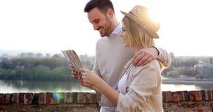 Cidade sightseeing dos turistas felizes com mapa fotografia de stock royalty free