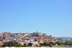 A cidade situou acima do monte em Portugal Fotografia de Stock Royalty Free