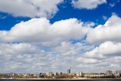 Cidade sob as nuvens Fotos de Stock Royalty Free