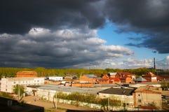 Cidade sob nuvens pretas Fotos de Stock Royalty Free