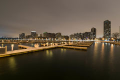 Cidade sonhadora por um porto Fotos de Stock Royalty Free