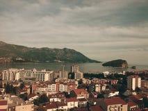 Cidade surpreendente Budva, Montenegro, Europa, cidade, construções, mar, ilha e montanhas foto de stock