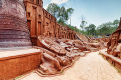 Cidade surpreendente da argila com esculturas no formulário de instrumentos musicais Imagem de Stock