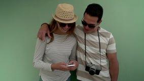 Cidade travling dos pares no verão vídeos de arquivo