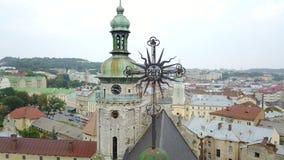 Cidade Ucrânia de Lviv e a cruz da igreja fotos de stock royalty free