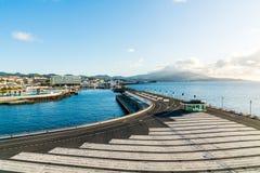 Cidade velha aérea bonita pelo oceano fotografia de stock