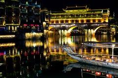 Cidade velha ao lado do rio Fotos de Stock Royalty Free