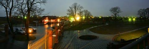 Cidade velha após uma chuva na noite foto de stock