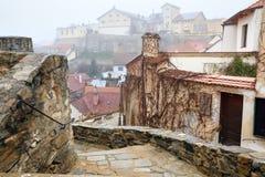 Cidade velha coberta pela névoa Znojmo, República Checa, Europa Imagem de Stock