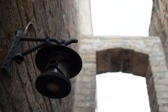 A cidade velha da lanterna antiga em baku azerbaijan Opinião estreita da rua foto de stock