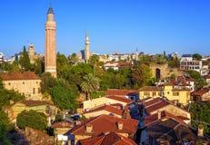 Cidade velha de Antalya, Turquia, com minarete de Yivli e torre de pulso de disparo fotos de stock royalty free