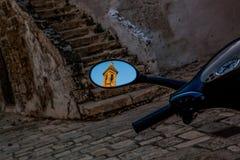 A cidade velha de Bari Italy A reflexão de uma torre de igreja no espelho retrovisor de um automóvel do 'trotinette' imagem de stock