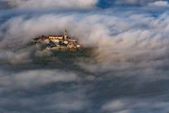 A cidade velha de Buzet, Croácia sobre a manhã nubla-se imagens de stock royalty free