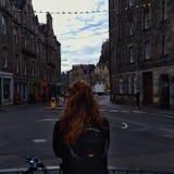 Cidade velha de Edimburgo, uma menina irlandesa que olha para fora nas ruas imagens de stock