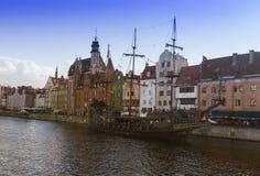 2016-07-20, cidade velha de Gdansk, Polônia, noite bonita, vista à cidade velha, fundo velho da cidade de Gdansk, barco clássico, Imagem de Stock