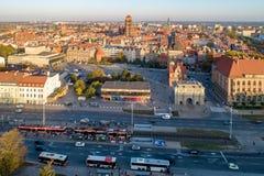 Cidade velha de Gdansk poland Silhueta do homem de negócio Cowering imagens de stock royalty free