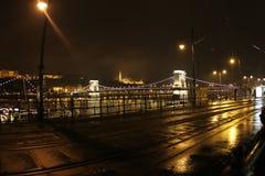 Cidade velha de Hungria, Budapest na noite Ponte Chain Imagem de Stock Royalty Free