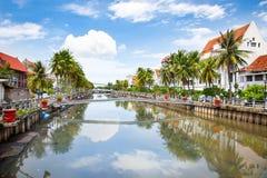 Cidade velha de Jakarta ao longo do rio fétido.  Java. Indonésia. Foto de Stock Royalty Free