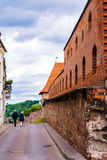 2017-06-25, cidade velha de Lituânia, de Vilnius, o bastião da parede em Vilnius, tijolos vermelhos e parede de pedras cidade vel Fotografia de Stock Royalty Free