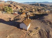 Cidade velha de mineiros de ouro no deserto ensolarado Cidade fantasma da chita Imagens de Stock