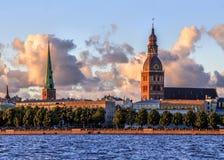 Cidade velha de Riga durante o tempo do por do sol Imagens de Stock