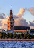 Cidade velha de Riga durante o tempo do por do sol Foto de Stock