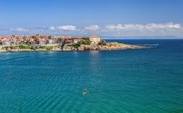 Cidade velha de Sozopol e um surfista no mar Fotografia de Stock