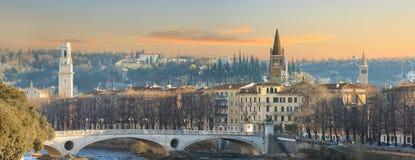 Cidade velha de Verona, vista no rio imagem de stock royalty free