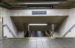 a cidade velha do sinal do vintage para baixo treina na estação de metro em Brooklyn Fotos de Stock Royalty Free