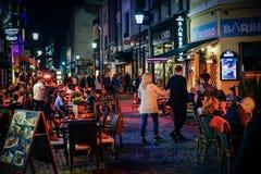 Cidade velha em Bucareste na noite com turistas Fotografia de Stock Royalty Free