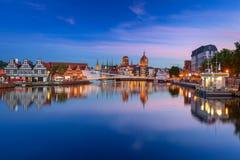 Cidade velha em Gdansk e passarela sobre o rio de Motlawa no por do sol Imagens de Stock