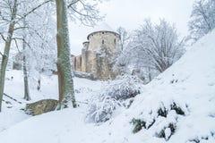 Cidade velha em Letónia, tempo de inverno com neve Imagens de Stock