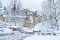 Cidade velha em Letónia, tempo de inverno com neve Fotos de Stock Royalty Free