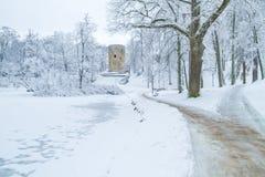 Cidade velha em Letónia, tempo de inverno com neve Fotos de Stock