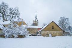 Cidade velha em Letónia, tempo de inverno com neve Fotografia de Stock Royalty Free