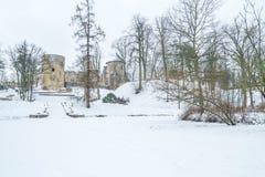 Cidade velha em Letónia, tempo de inverno com neve Foto de Stock