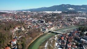 Cidade velha famosa aérea da neve má de Toelz fevereiro Rio Baviera Alemanha de Isar das montanhas filme