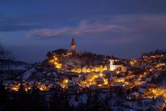 Cidade velha iluminada com castelo Foto de Stock Royalty Free