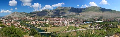 Cidade velha no pé da montanha Imagens de Stock