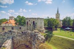 Cidade velha, cidade, parque do castelo em Cesis, Letónia 2014 imagem de stock