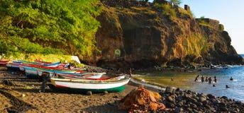 Cidade Velha zatoka, Santiago wyspa, przylądek Verde - Kolorowe łodzie rybackie, Czarna piasek plaża zdjęcia stock