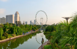 Cidade verde moderna com parque e o lago tropicais na parte dianteira Imagem de Stock